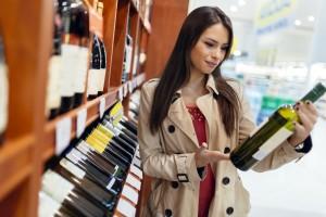 Mujer comprando vino.